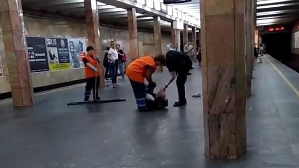 Прокуратура розпочала розслідування стосовно поліцейського, який бив чоловіка в метро