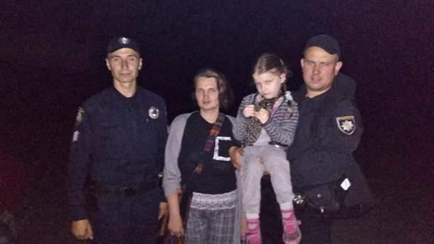 На Житомирщині поліцейські у нічному лісі розшукали матір з донькою