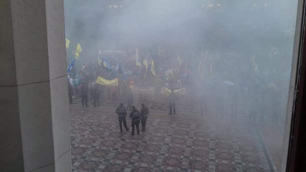 На митинге в центре Киева зажгли дымовые шашки