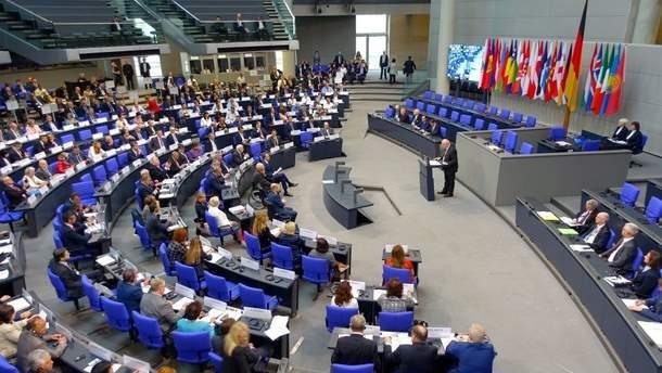 Документ підписали представники парламентів Грузії, Литви, Латвії, Естонії Канади, США, Швеції, Іспанії, Португалії та інших країн