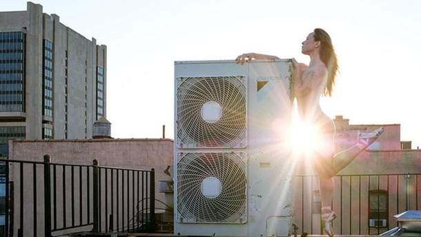 Обнаженные танцоры балета на крышах Нью-Йорка