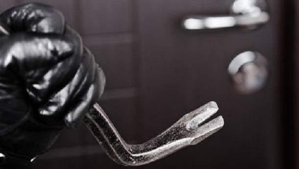 Мужчины провели грабеж в одной из квартир в Печерском районе столицы