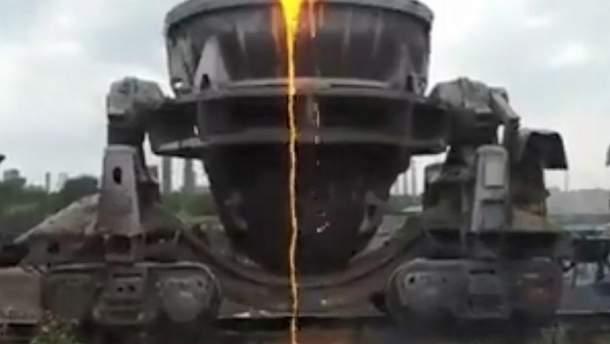 На кадрах видно, як із ковша, що рухається у складі залізничних причепів, ллється розпалена лава