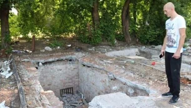Чоловік застав лише невелику яму на місці, де стояв його гараж із машиною