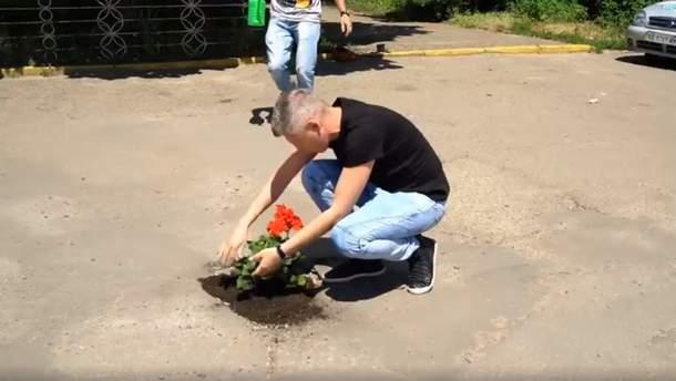 В Черновцах в ямах на дороге высаживают цветы