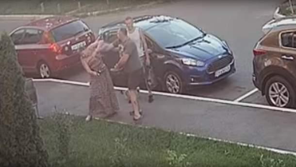"""Депутат від """"УКРОПу"""" вдарив жінку кулаком в обличчя"""
