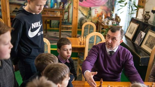 Юні учасники шахового клубу у Костополі зі своїм наставником Олександром Козаком