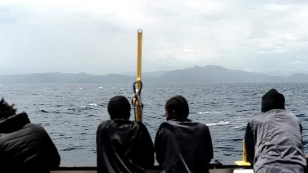 Біля берегів Італії евакуйовано понад 400 мігрантів