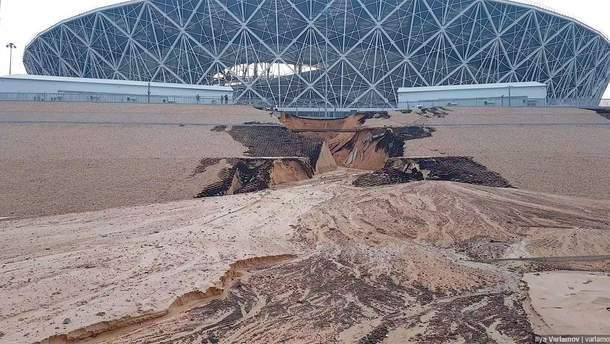 Щойно побудований стадіон у Росії розвалився, не дочекавшись завершення Чемпіонату (фото, відео)