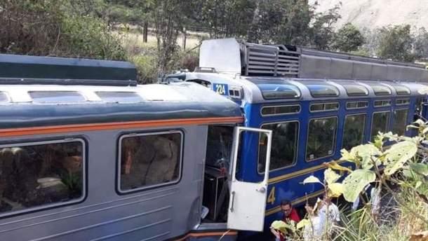 В Перу столкнулось два туристических поезда