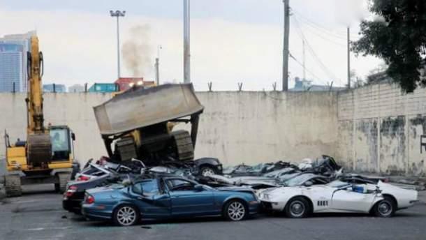 В Филиппинах бульдозер показательно уничтожил десятки элитных автомобилей