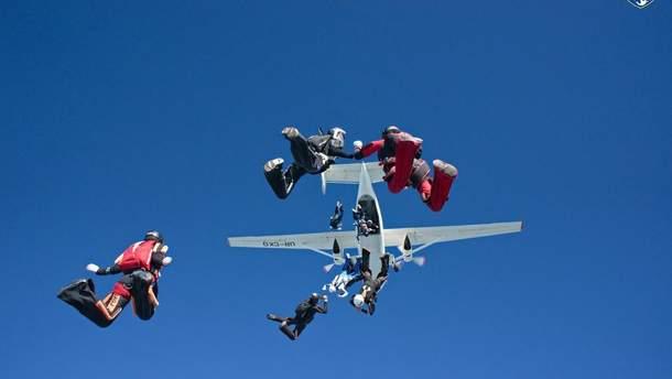 В Украине 57 парашютистов установили мировой рекорд