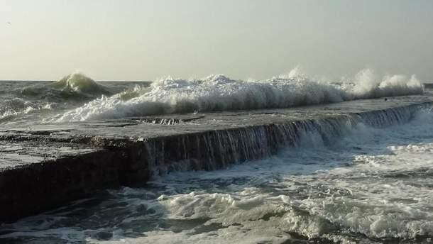 В Одесі чоловіка з пірсу під час шторму змило в море