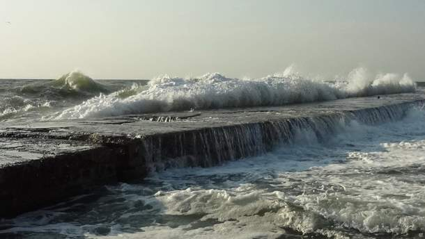 В Одессе мужчину с пирса во время шторма смыло в море