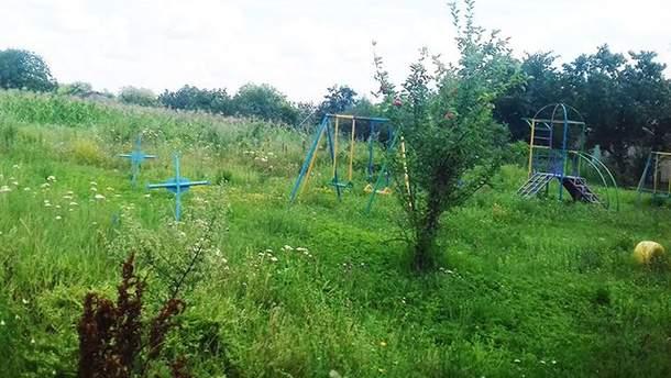 Детская площадка на могилах