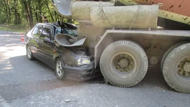 Столкновение легковушки с бетоновозом произошло на Львовщине