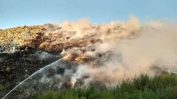 Спасатели уже вторые сутки ликвидируют пожар на мусорной свалке под Полтавой