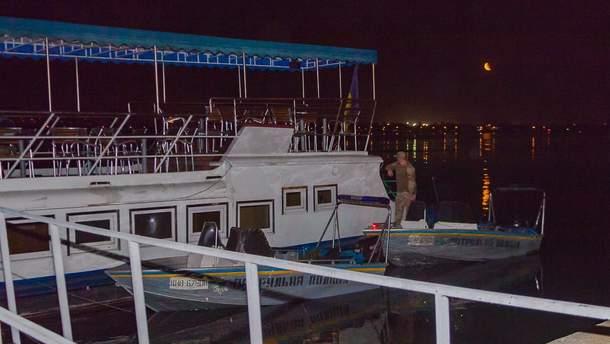 Капитан катера врезался в ресторан