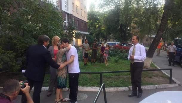 Александр Костенко встретился со своей мамой