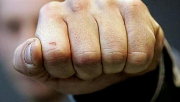 Під Києвом чоловіки сильно побили жінку через зауваження