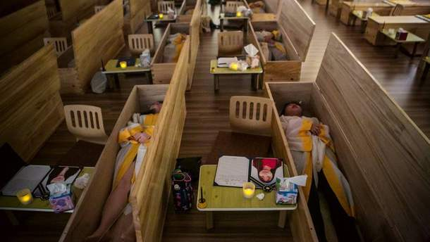 """Багато південнокорейців вирішують свої психологічні проблеми через імітацію """"поховання в труні"""""""