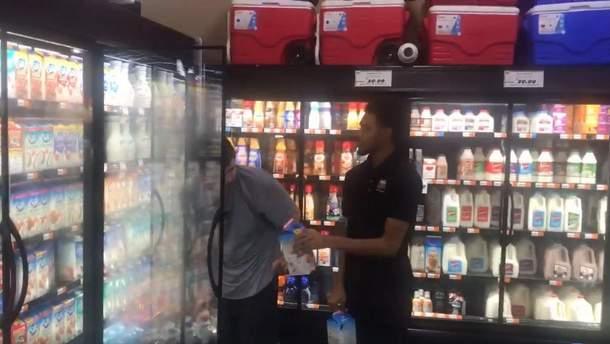 """""""Я наблюдаю чудо в действии"""": сотрудник супермаркета в США покорил чутким поступком"""