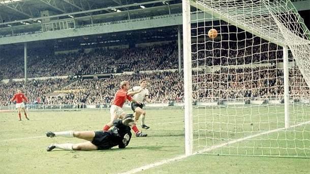 Финал ЧМ-1966: Англия забивает гол в ворота ФРГ