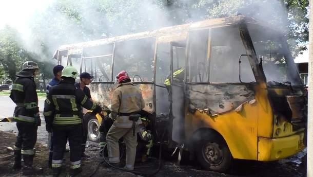 У Чернігові на ходу зайнялась маршрутка і вигоріла вщент: фото і відео