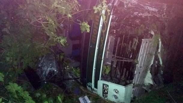 Под Днепром вследствие ДТП перевернулся автобус: фото и видео