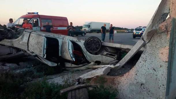 """На Полтавщині """"Мерседес"""" врізався у зупинку: водій загинув"""