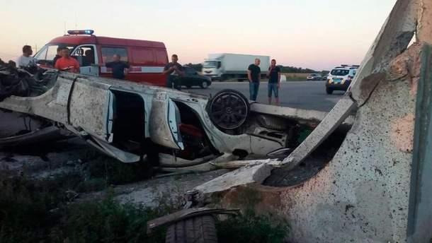 """На Полтавщине """"Мерседес"""" врезался в остановку: водитель погиб"""