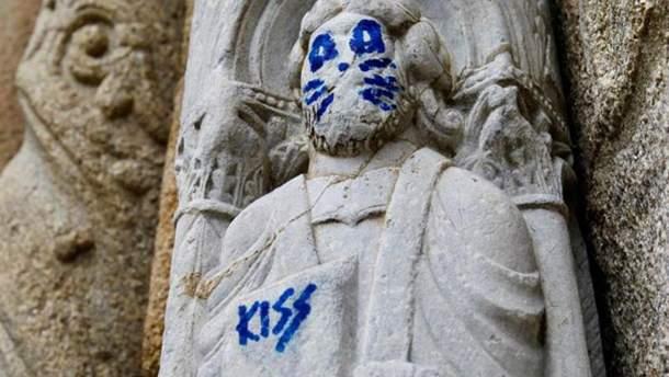 В Испании статуи XII века нарисовали кошачью морду