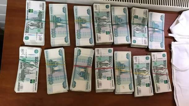 Троє українців несли під одягом три мільйони рублів до Росії