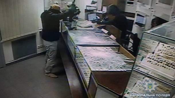 Кадр із відео, яке зняте камерою спостереження у магазині