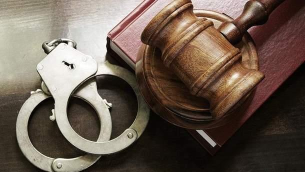 Под арест взяли пойманного на крупной взятке старшего следователя ГПУ