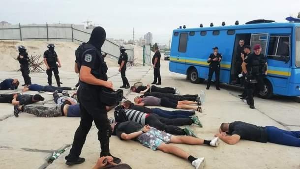 Полиция задержала по меньшей мере 40 молодых людей на киевских Осокорках