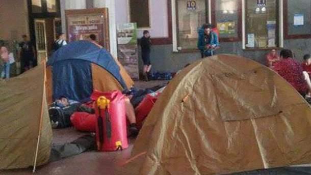 Обурені туристи розклали наметове містечко у Львові через запізнення потягу
