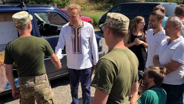 Андрей Садовый передал военным в Краматорске оборудование от имени общины города Львова