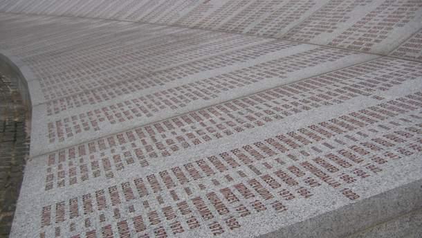 Имена жертв в мемориале в Поточарах