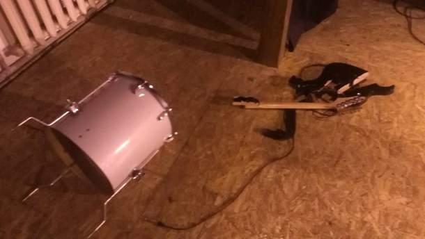 Нападники використовували інструменти та меблі, як зброю