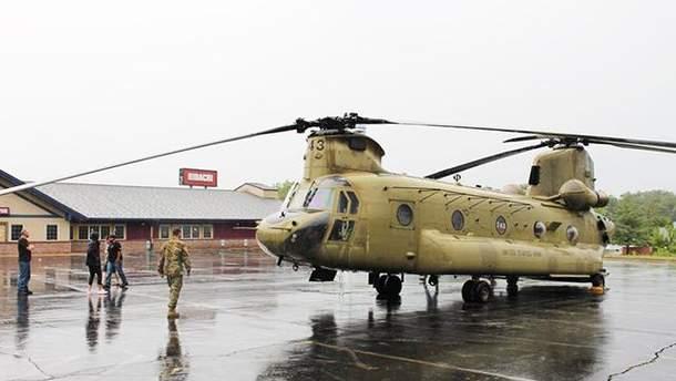 Військовий вертоліт зробив екстрену посадку біля бару у США