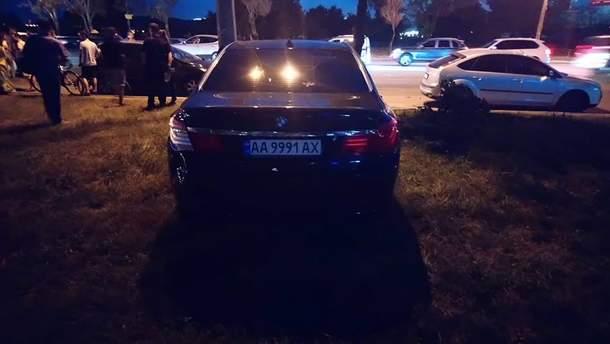 BMW  на швидкості врізалось у припарковані авто на набережній у Києві