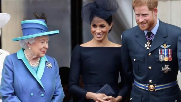 Елизавета II с Меган Маркл и принцем Гарри