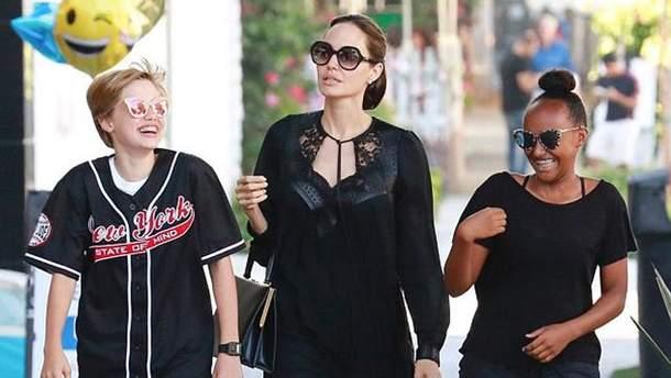 Анджелина Джоли в элегантном платье прогулялась с дочерьми