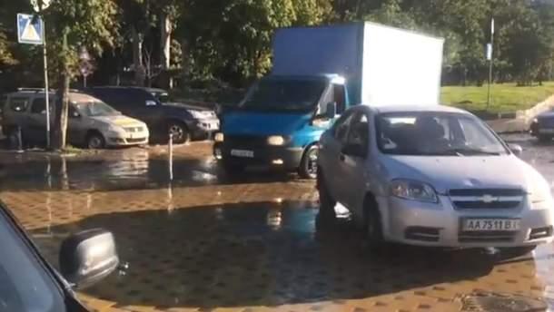 Вулицю в Києві залило окропом