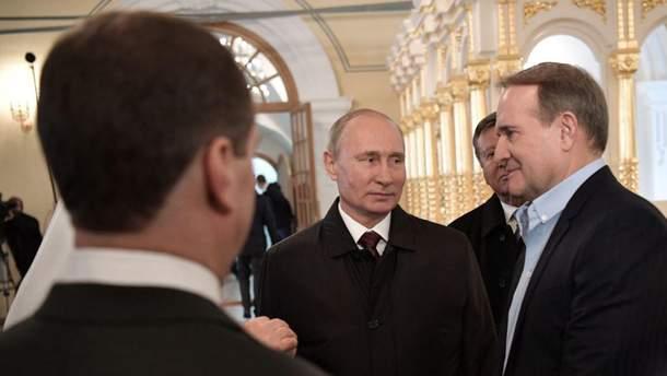 Путін (ліворуч) і Медведчук (праворуч)