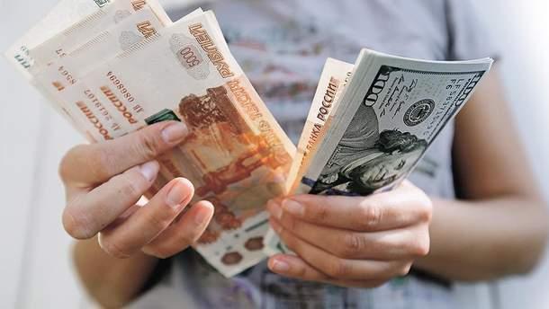 """Російський рубль б'є все нові """"рекорди"""""""