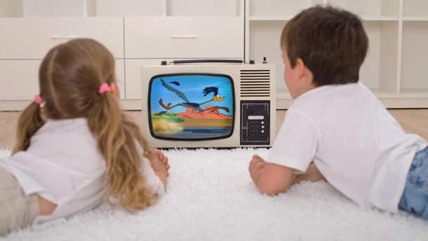 На зрение не влияет то, как близко дети сидят к экрану