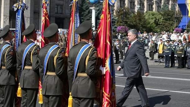 Порошенко во время военного парада ко Дню Независимости