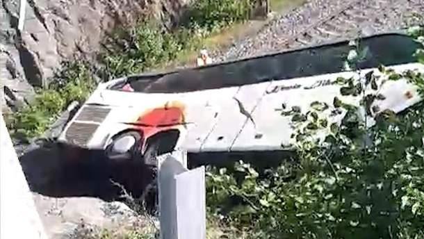 В Финляндии автобус слетел с моста и упал на железную дорогу